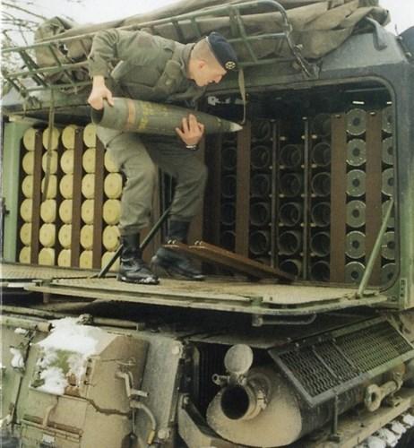Pháo có thể nạp đạn thủ công, khi đó tốc độ bắn là 1 đến 2 phát/phút.
