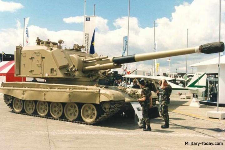 Pháo AU-F1 GCT mang được tổng cộng 42 viên đạn, cất trong thùng đạn của cỗ pháo này.
