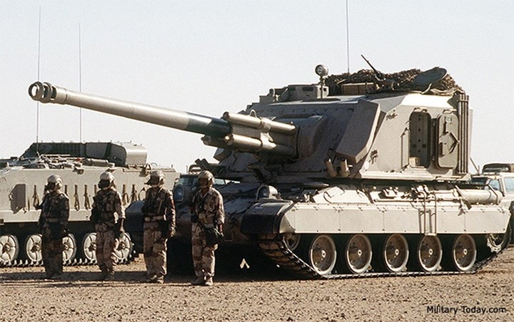 Hình ảnh pháo tự hành AU-F1 GCT rất lợi hại do Pháp chế tạo. Pháo di chuyển trên bánh xích.