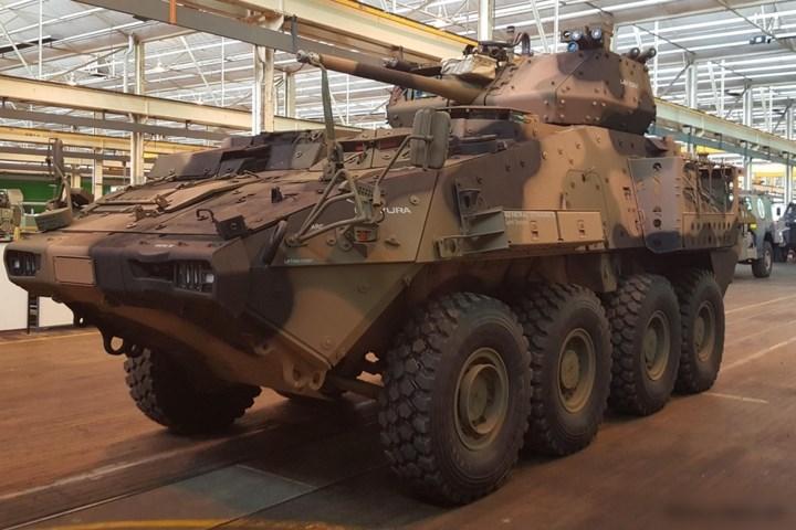"""Xe thiết giáp chở quân này được trang bị một """"súng xích"""" 25mm, một súng máy đồng trục 7,62mm và một súng máy 5,56mm gắn trên mái. Xe có thể gắn thêm pháo 30mm."""