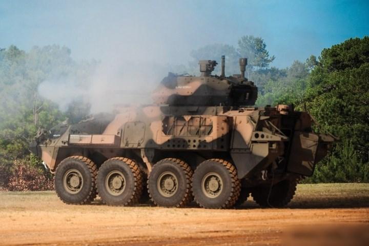 Kíp xe gồm 1 chỉ huy, 1 pháo thủ và 1 lái xe. Binh sĩ vào và rời xe bằng cửa hậu.