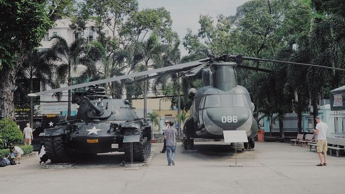 Máy bay, xe tăng được bố trí chừa lối đi cho khách tham quan. Phía trước mỗi hiện vật đều có bảng thông tin cung cấp cho du khách tìm hiểu.