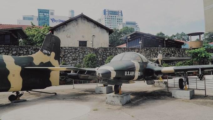 Mặt trước của bảo tàng là 5 chiếc máy bay chiến đấu.