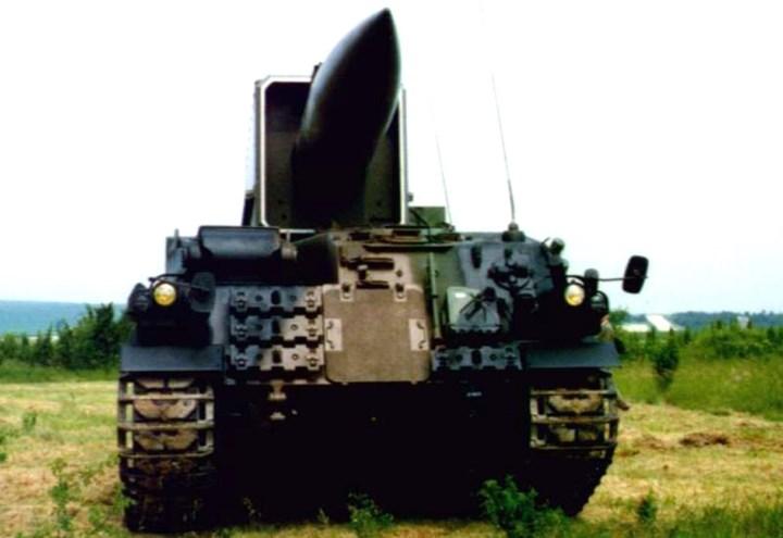 Tên lửa đạn đạo Pluton được chế tạo từ thời Chiến tranh Lạnh, hệ thống sử dụng khung gầm xe tăng AMX-30 có sức cơ động cao. Ảnh: Military-Today.