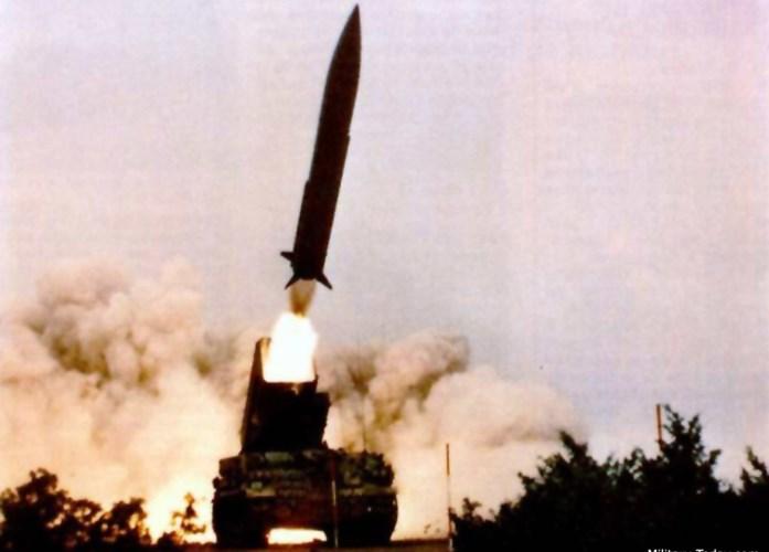 Ngoài đầu đạn thường, tên lửa đạn đạo chiến thuật Pluton còn có thể mang đầu đạn hạt nhân có đương lượng nổ lên tới 25 kiloton, tức có sức phá hủy còn lớn hơn cả quả bom nguyên tử của Mỹ từng thả xuống Hiroshima vốn chỉ có sức công phá 21 kiloton. Ảnh: Military-Today.