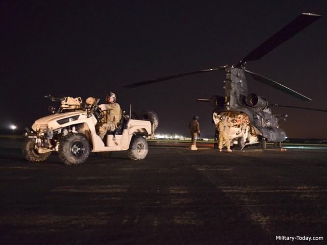 Phi hành đoàn trên MH-47 tối thiểu gồm 4 người, đối với những sứ mệnh phức tạp hơn, con số có thể tăng lên 5 người. Ảnh: Military-Today.