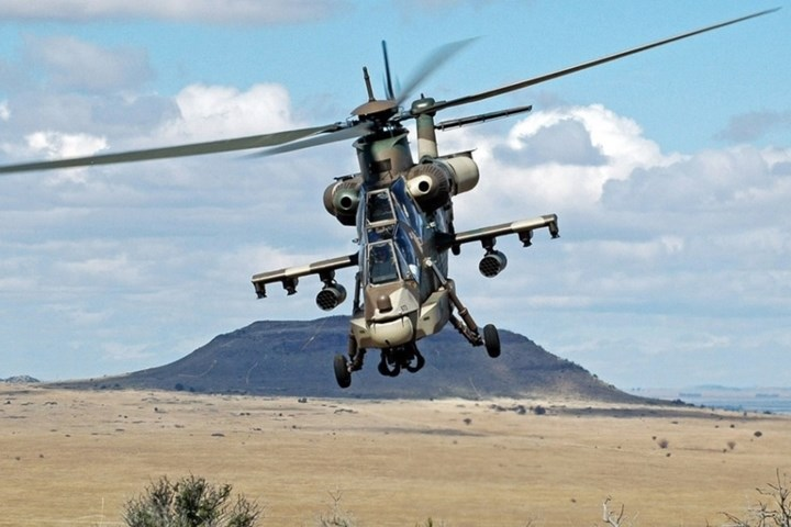 Buồng lái AH-2 Rooivalk có hệ thống kiểm soát kép và 3 màn hình LCD. Màn hình thứ 3 là để cảnh báo nguy hiểm.