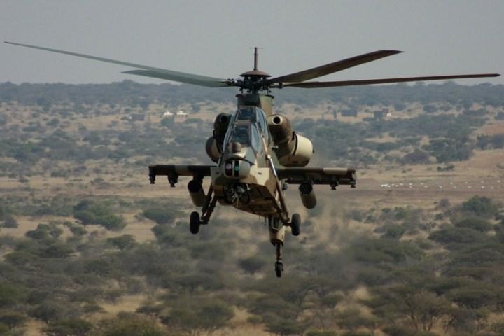AH-2 Rooivalk có thể gắn thêm ghế ngoài để đón nhận tổ lái của một trực thăng khác bị bắn rơi hoặc để vận chuyển lính đặc nhiệm.