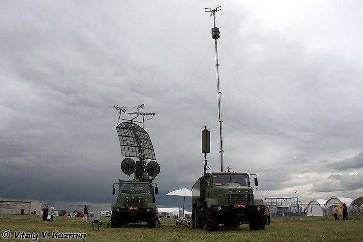 Kolchuga có thể cùng lúc bám sát tín hiệu của 32 mục tiêu với đủ 3 tham số (cự ly, góc tà và phương vị). Các đài thu và trạm điều khiển trung tâm đều được đặt trên khung gầm xe vận tải việt dã KrAZ 6x6.