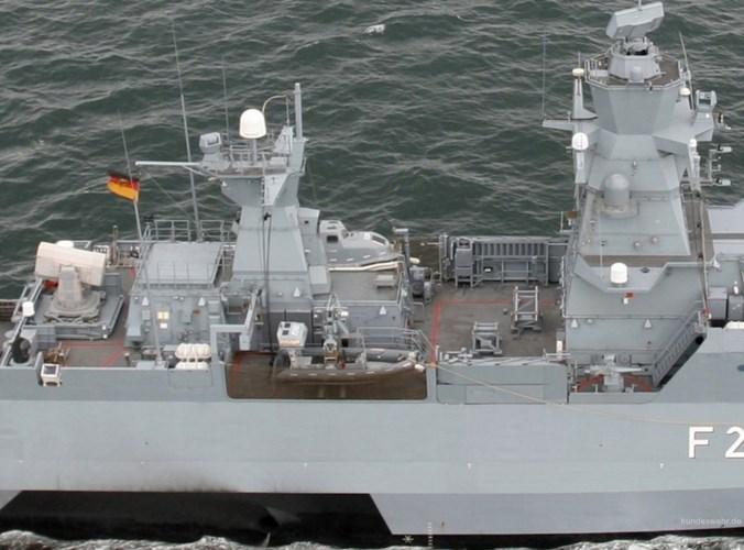 Các nhà chứa máy bay trên lớp tàu này đủ lớn cho các loại trực thăng Sea King, Lynx hay NH-90 mà Hải quân Đức đang dùng. Đồng thời, ngay từ thiết kế ban đầu, trên mỗi tàu lớp K-130 có các thiết bị hỗ trợ cho 2 trực thăng Camcopter S-100. Ảnh: seaforces.