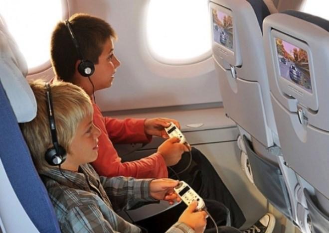 Chiếc tai nghe bạn được phát khi đi máy bay không phải đồ mới, mặc dù rằng chúng luôn được bọc trong túi nilon. Giữa các chuyến bay, những chiếc tai nghe đã dùng sẽ được làm vệ sinh và đóng gói lại. Tuy vậy, việc vệ sinh này không hoàn toàn làm sạch được tai nghe vì thế dùng chúng sẽ không an toàn cho tai của bạn, hãy tự mang tai nghe để dùng khi bay.