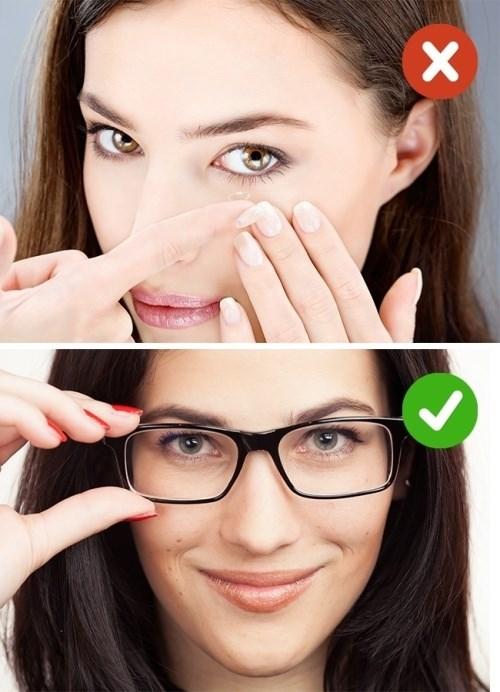 Kính áp tròng sẽ làm mắt của bạn bị khô hơn. Kết hợp với không khí khô bên trong máy bay thì mắt càng thêm khó chịu. Đó là lý do bạn nên đeo kính thường khi đi những chuyến bay dài. Ngoài ra bạn cũng cần mang thêm thuốc nhỏ mắt để tra.
