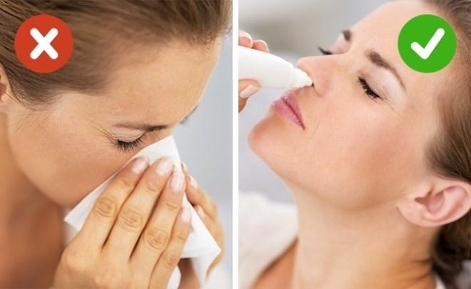 Một chiếc mũi nghẹt sẽ tạo áp suất cao hơn cho tai của bạn và có thể dẫn tới chấn thương. Dĩ nhiên, không ai yêu cầu bạn ở nhà chỉ vì bị cảm cúm, nghẹt mũi, nhưng trong trường hợp bạn vẫn di chuyển bằng máy bay, hãy mang theo thuốc nhỏ mũi để dùng trước khi máy bay cất và hạ cánh.  Ngoài ra, bệnh viêm xoang và viêm xương hàm trên rất nguy hiểm khi đi máy bay. Nếu không thể hủy chuyến bay, bạn hãy đến bác sĩ để có lời khuyên cụ thể hơn.