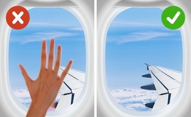 Máy bay là nơi trú ẩn của rất nhiều loại vi khuẩn. Các hành khách đi trước có thể để lại nhiều thứ bẩn trong túi sau ghế, hoặc trên bàn ăn. Không phải sau chuyến bay nào, máy bay cũng được vệ sinh vì thế vi khuẩn có thể