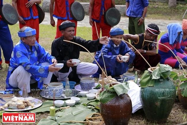 Những thủ nhang hành lễ trước mâm lễ vật trong Lễ Bỏ mả. Thông thường rượu cần, thịt, gạo… là những đồ cúng không thể thiếu.