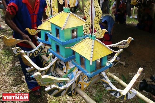 Chiếc thuyền gỗ linh thiêng dùng trong Lễ Bỏ mả. Được làm bằng gỗ với những trang trí cầu kỳ, thuyền Kagor là vật rất linh thiêng với người Raglai. Theo tín ngưỡng của họ, Đây nơi trú, là cầu nối đưa linh hồn người chết về với thế giới của tổ tiên.