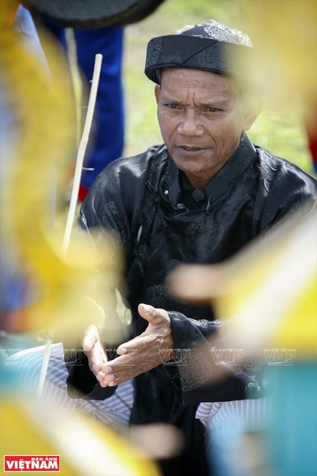 Thủ nhang làm lễ trong nghi thức Cúng Kargo với mục đích mời người đã mất về dự buổi hành lễ.