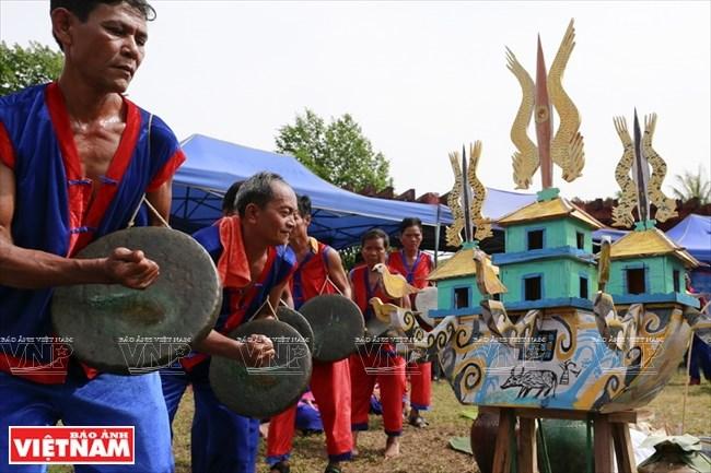 Những người đánh Mã la (một loại nhạc cụ như cồng chiêng của người Raglai) đang đi vòng quanh chiếc thuyền nơi người đã mất đang trú ngụ. Trong nghi lễ tâm linh quan trọng bậc nhất này, âm thanh trầm bổng của Mã la không bao giờ được dứt.