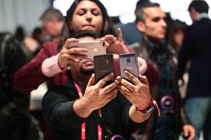 Camera là điểm nổi bật nhất trên Galaxy S9 và Galaxy S9+, được nhiều khách tham quan trải nghiệm. Galaxy S9 trang bị camera đơn độ phân giải 12 megapixel cùng khả năng thay đổi khẩu độ f/1.5 và f/2.4 - điều chỉ thấy trên máy ảnh chuyên nghiệp, chưa từng có trên smartphone.