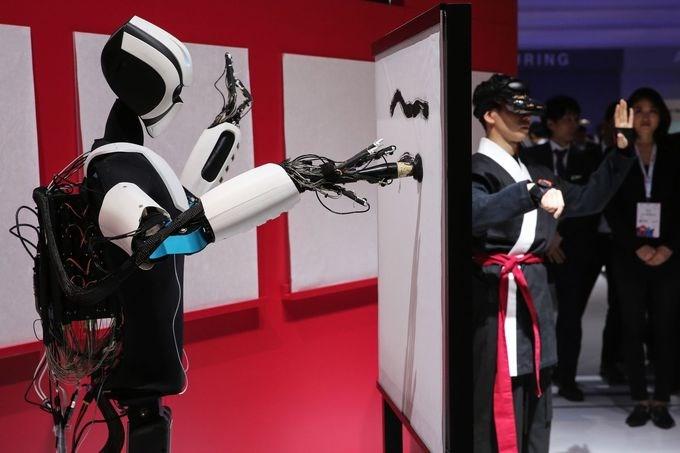 Một robot có thể vẽ tranh được trình diễn bởi nhà mạng Nhật Bản NTT Docomo.