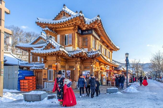 Điểm đến được gợi ý là Hàn Quốc. Bạn nên đi vào tháng 4, 8 và 12. Theo thầy Poon thì người tuổi Tý năm nay gặp sao xấu. Do đó, khi đi du lịch, bạn nên cố gắng đặt phòng khách sạn tươi tắn hơn để tránh năng lượng tiêu cực.