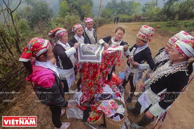 Đám rước từ nhà gái sẽ dừng lại cách nhà chú rể một đoạn để cô dâu trang điểm và mặc bộ váy cưới truyền thống.