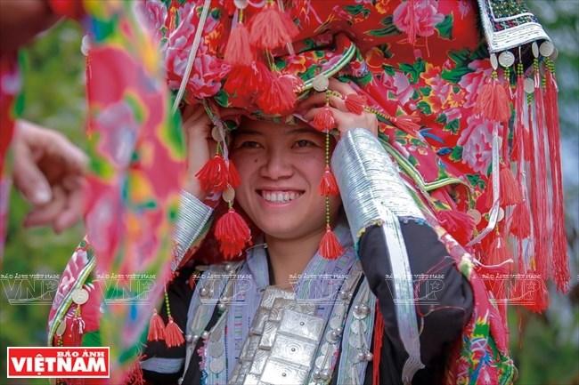 Cô dâu Tẩn Mẩy rạng rỡ trong đám cưới truyền thống của người Dao đỏ.