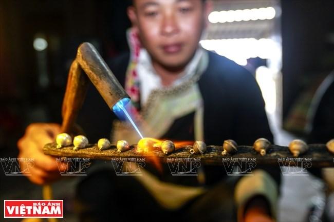 Nhiều gia đình ở Mường Hum còn giữ nghề làm trang sức bạc phục vụ cho những nghi lễ linh thiêng của người Dao đỏ.