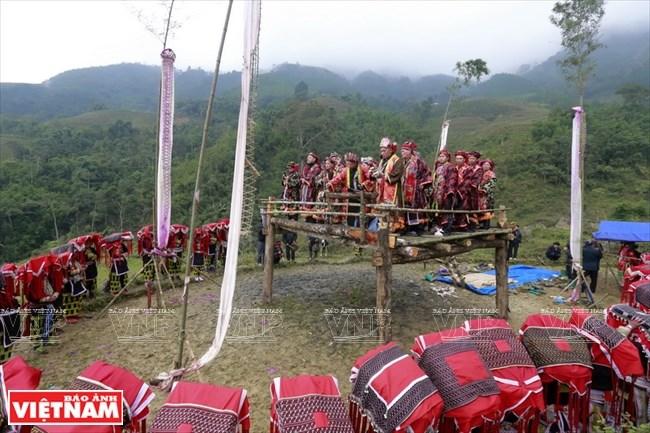 Lễ cấp sắc 12 đèn rất linh thiêng với người Dao đỏ và đặc biệt lễ này cấp sắc cho cả đàn ông và phụ nữ.