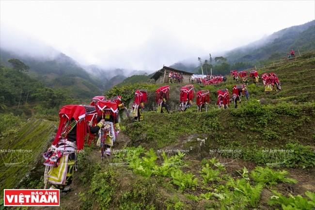Lễ cấp sắc 12 đèn của người Dao đỏ ở Bát Xát diễn ra tại núi Ky Cung Hồ.