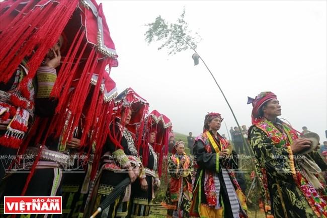 Những người phụ nữ Dao đỏ với trang phục rực rỡ khi được cấp sắc 12 đèn.