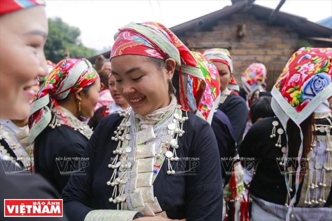 Người phụ nữ Dao đỏ thường đeo những bộ trang sức bằng bạc cầu kỳ trong những dịp lễ hội đặc biệt.