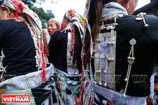 Những chi tết trang sức bạc cầu kỳ trên áo, mũ của người phụ nữ Dao Đỏ ở Bát Xát.