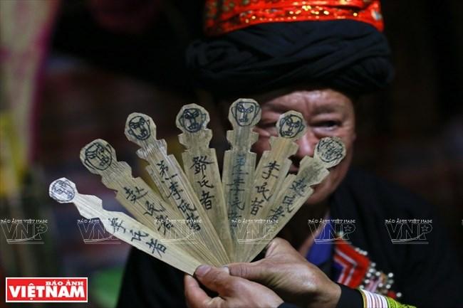 Trong lễ cấp sắc 12 đèn người Dao đỏ còn cấp sắc cho cả những người đã khuất. Để làm được điều này người Dao làm những thẻ tre trên đó có ghi tên, tuổi của những người đã chết.