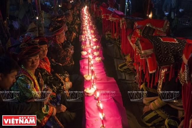 Bữa cơm chung của các cặp vợ chồng trong lễ cấp sắc 12 đèn.