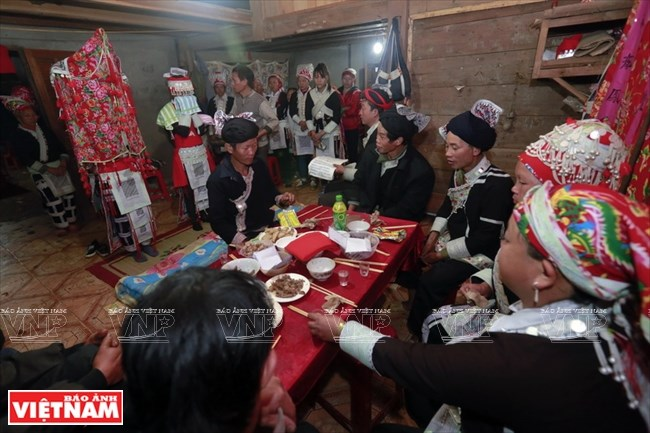 """Trong đêm làm lễ thành hôn, nhà trai và nhà gái cùng ngồi ăn một bữa cơm được người Dao đỏ gọi là mâm cơm """"hùng thòng"""". Trong  bữa cơm này gia đình hai bên dành phần lớn thời gian để hát kể, giới thiệu về nguồn gốc, về gia đình để hai bên thêm hiểu nhau."""