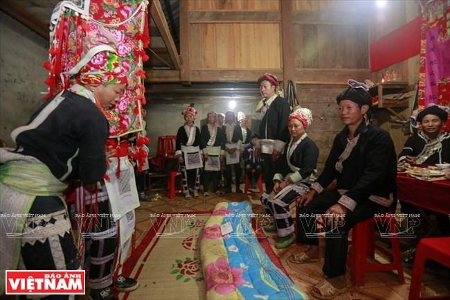 Lễ bái đường trong đám cưới của người Dao đỏ ở Bát Xát thường vào lúc nữa đêm. Sau khi làm lễ và ra mắt bố mẹ chồng từ lúc này cô mới chính tức là thành viên mới của gia đình chồng.