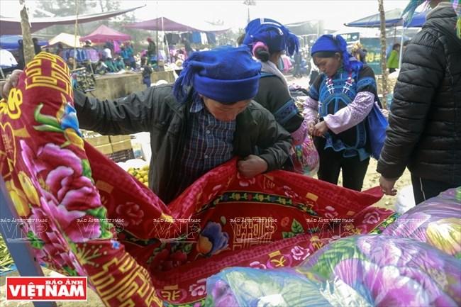 Những người phụ nữ Hà Nhì đen chọn những vật dụng thiết yếu ở chợ.