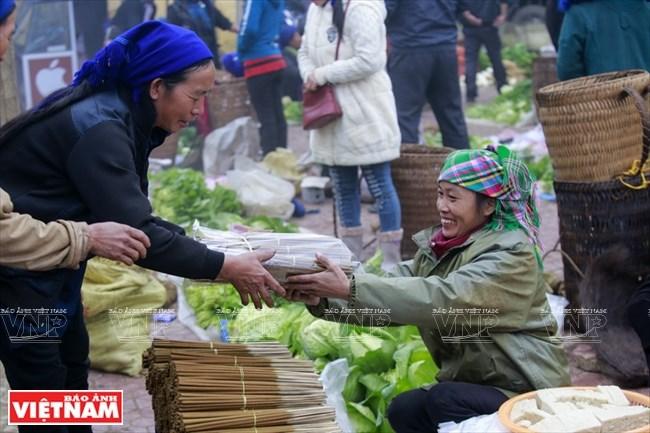 Người  vùng Y Tý thường đến chợ để mua hương phục vụ những lễ hội đầu Xuân.