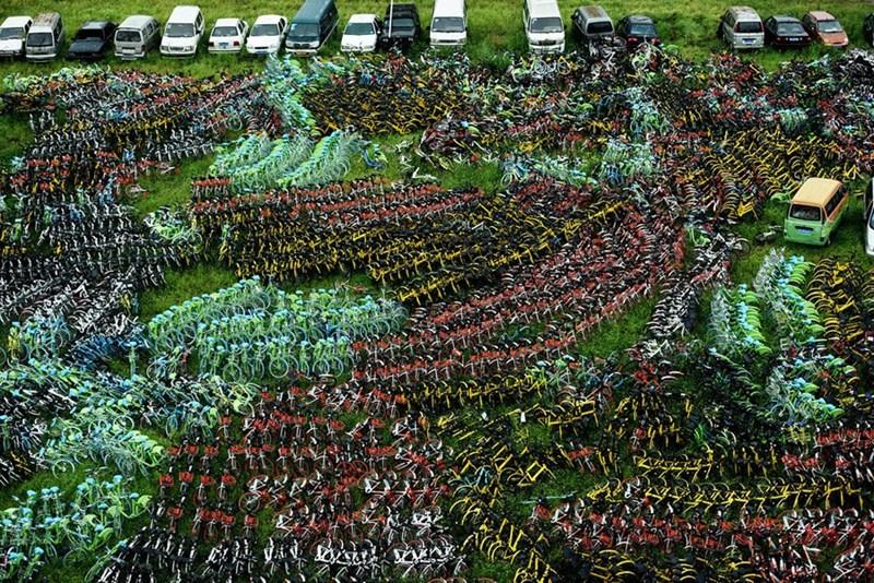 Xe đạp không sử dụng chất đống tại một khu đất ở Hàng Châu, Chiết Giang, Trung Quốc .