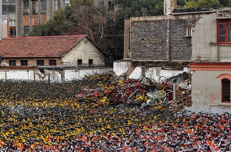 Xe đạp bị chất đống tại một góc của Thượng Hải ngày 1/2/2018.