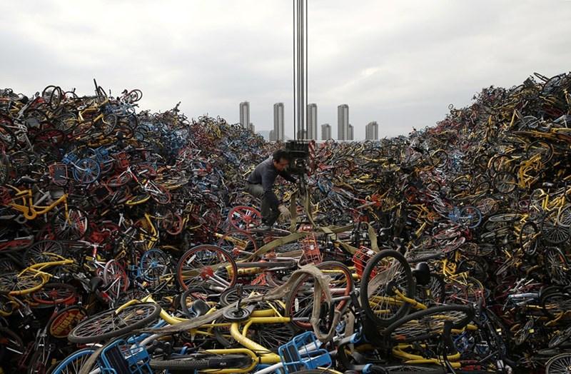 Một công dân đang buộc những chiếc xe đạp giữa một