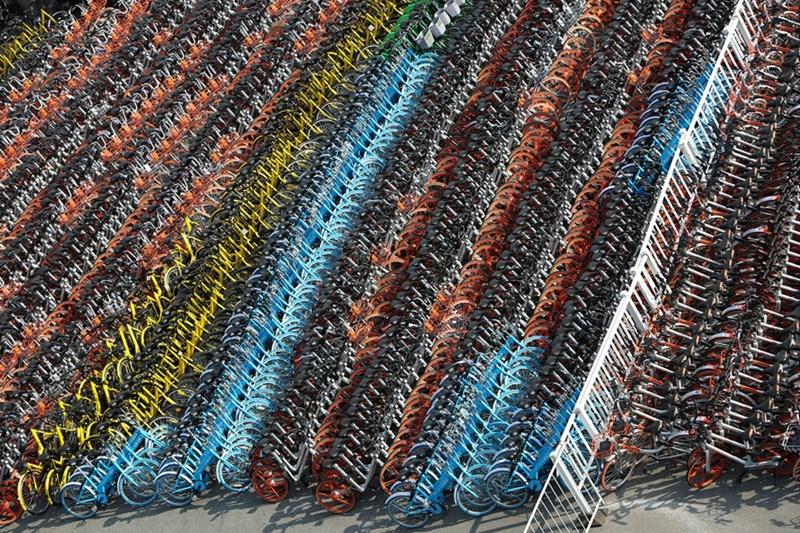 Đống xe đạp bị tịch thu của các startup khác nhau tại Cơ quan Quản lý Phương tiện quận Huangpu, Thượng Hải ngày 28/2/2017.