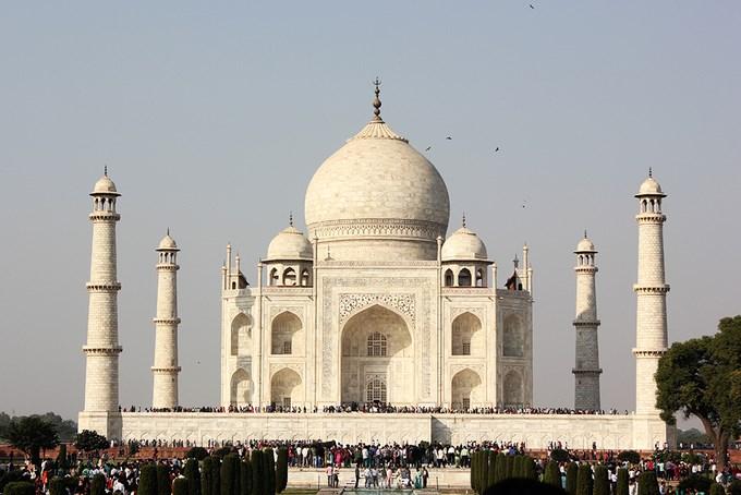 Theo Viện khảo cổ Ấn Độ, từ ngày 1/4, du khách tới đây chỉ được phép tham quan tối đa 3 tiếng mỗi ngày. Trước đó, ước tính có khoảng 50.000 lượt khách viếng thăm đền vào ngày cuối tuần. Lượng khách đông đúc khiến ngôi đền gặp phải nhiều vấn đề ô nhiễm môi trường. Ảnh: Phong Vinh.
