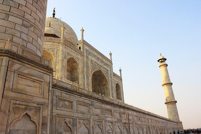 Lịch sử xây dựng ngôi đền gắn với câu chuyện hoàng hậu Ấn Độ Mumtaz Mahah không may qua đời ở tuổi 39 sau khi sinh người con thứ 14 vào năm 1631. Quá đau buồn, hoàng đế Shah Jahan đã cho xây Taj Mahal để tưởng nhớ vợ. Gần 400 năm đã trôi qua, ngôi đền trắng vẫn lộng lẫy trường tồn cùng thời gian. Ảnh: Phong Vinh.