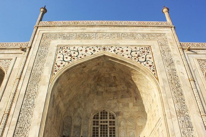Đến gần, bạn sẽ bắt gặp những hoa văn và chạm khắc tinh xảo. Bao quanh tòa nhà chính là 4 vòm tráng lệ. Ở 4 góc đền là 4 ngọn tháp cao 40 m. Theo quan niệm Hồi giáo, số 4 tượng trưng cho sự thiêng liêng và bất diệt. Ảnh: Phong Vinh.