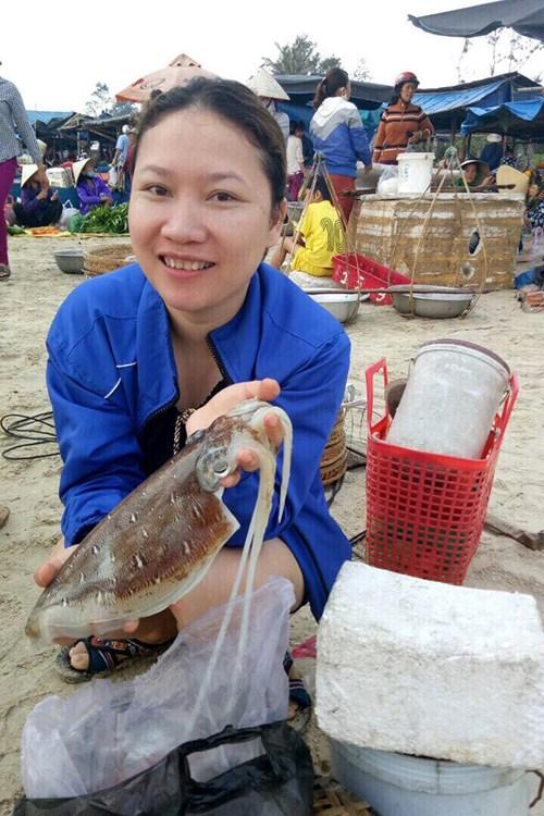 Hiện sống cách chợ biển Tam Tiến 20 km, chị Diệp từ thị trấn Núi Thành chia sẻ, chị tranh thủ đến đây dịp nghỉ lễ để vừa tham quan vừa mua hải sản tươi sống.