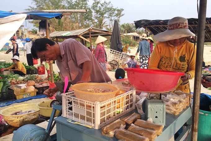 Nhiều sạp không bán hải sản cũng tất bật chuẩn bị hàng hoá để phục vụ người có nhu cầu.