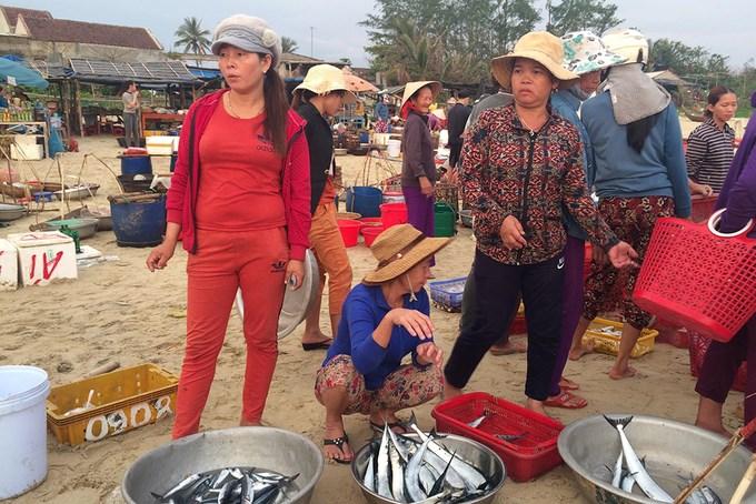 Hải sản được bày ngay trên cát biển để khách đi qua dễ thấy và lựa chọn.