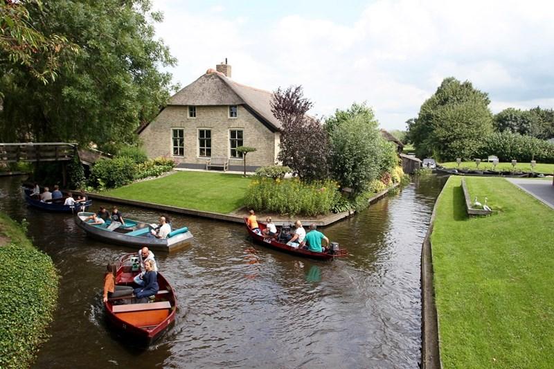 Không có xe hơi, giao thông chủ yếu bằng đường thủy, qua các kênh đào